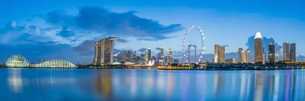 Horizonte do distrito financeiro de Singapura na baía da marina na hora do crepúsculo. foto