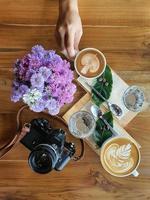 vista superior de uma caneca de café com feijão em fundo de madeira. foto