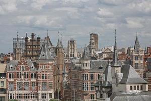 paisagem urbana de um porto de Antuérpia na Bélgica ao longo do rio. foto