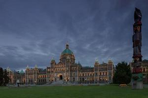 vista noturna da casa do governo e totem em victoria bc no canadá usando longa exposição foto
