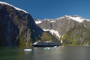 navio de cruzeiro nos fiordes do braço de tracy no Alasca, Estados Unidos foto