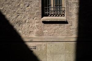 luz na rua velha em barcelona foto