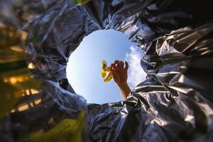 casca de banana foi jogada no saco de lixo para descarte. olhe de dentro da cesta. foto