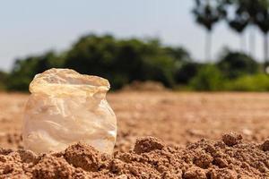 sacos de plástico sujos que não se degradam naturalmente. foto
