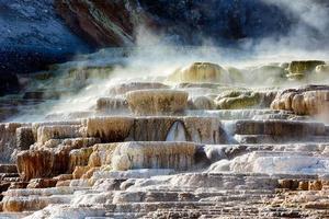 parque nacional de yellowstone, wyoming 2020 - terraço minerva nas gigantescas fontes termais foto