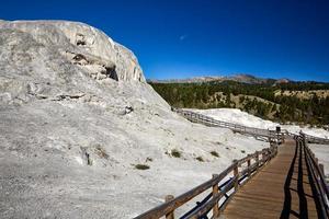 terraços de montículo e júpiter nas fontes termais gigantescas. Parque nacional Yellowstone. Wyoming. EUA. agosto de 2020 foto