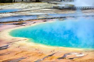 grande primavera prismática no parque nacional de yellowstone. Wyoming. EUA. agosto de 2020 foto