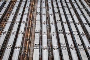vista aérea em close-up de alto ângulo da estação ferroviária de Hudson yard com linhas de trem foto