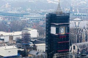big ben clock em reparos de manutenção de londres. famosa torre do relógio na inglaterra em construção, londres, reino unido foto
