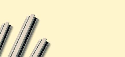 faixa larga do fundo metálico da régua isolada no fundo amarelo. copie o espaço foto