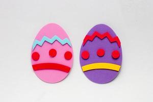 ovo de espuma na cor rosa e roxo, usado para decoração de Páscoa. foto