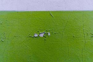 parede velha com tinta verde close-up foto