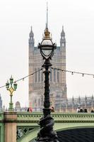 lâmpada de golfinho padrão no dique de Tamisa em Londres na ponte de Westminster foto