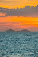 pôr do sol na praia de ipanema no rio de janeiro, brasil foto