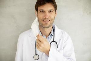 close-up de um médico com máscara foto