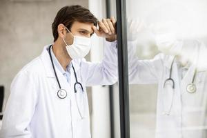 médico estressado usando máscara foto