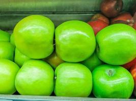 maçãs verdes em uma barraca em um mercado aberto no rio de janeiro foto