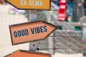 placa de sinalização com a frase boas vibrações no rio de janeiro foto