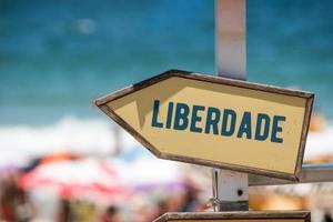placa de sinalização com a palavra liberdade escrita em português no rio de janeiro foto
