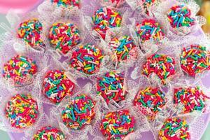 bolinhas de chocolate brigadeiro com granulado colorido foto