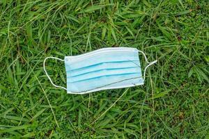 máscara protetora descartável azul, usada para proteção contra cornavírus foto
