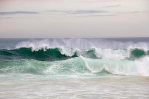 ondas quebrando na praia de Leblon, no rio de janeiro foto