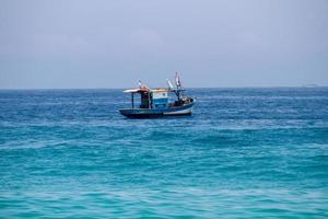 barco de pesca sobre o mar na praia de ipanema no rio de janeiro foto