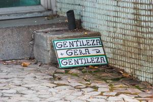 sinal escrito em portugues, gentileza gera gentileza foto