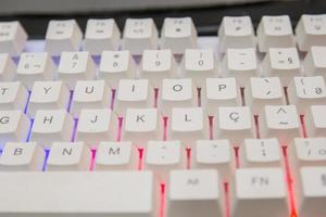 teclado de jogador branco com luzes coloridas foto
