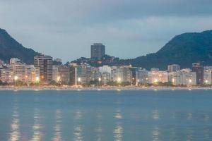 anoitecer na praia de copacabana no rio de janeiro, brasil foto