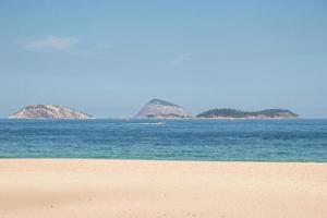 praia vazia de ipanema, durante a segunda onda da pandemia de coronovírus no rio de janeiro foto