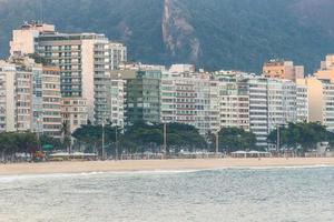praia vazia de copacabana, durante a segunda onda da pandemia de coronavírus no rio de janeiro foto