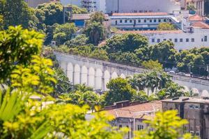 arcos da lapa vistos do alto do bairro de santa teresa no rio de janeiro foto