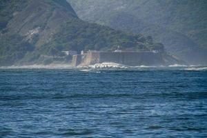 onda rara conhecida como laje da besta na baía de guanabara no rio de janeiro foto