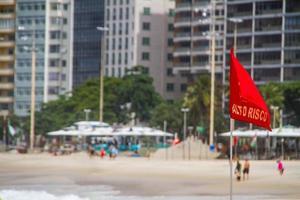 bandeira vermelha escrita em português, alto risco na praia de copacabana no rio de janeiro foto
