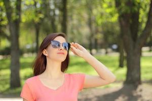 mulher usando óculos escuros em um parque foto