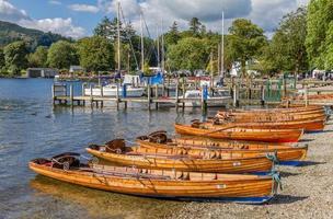 barcos a remo em ambleside no lago windermere, cumbria foto