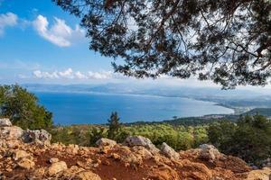 o mar mediterrâneo da trilha de caminhada de afrodite em akamas, Chipre foto