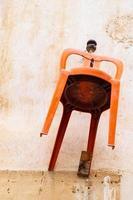 cadeira laranja pendurada na parede de uma casa tradicional na cidade velha de nicosia, chipre foto