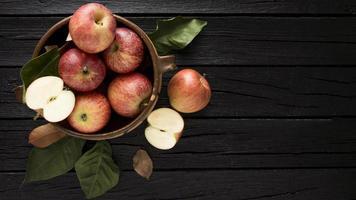 vista de cima maçãs em uma cesta com espaço de cópia foto