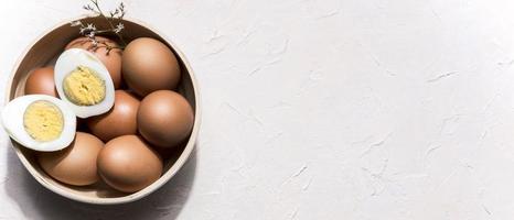 tigela com vista de cima com ovos e espaço de cópia foto