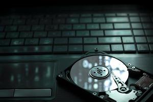 um disco rígido aberto em um teclado de laptop foto