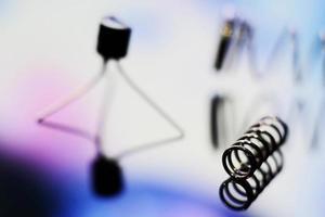 mola de metal e um transistor foto