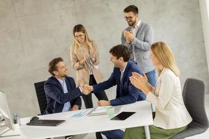 profissionais fazendo um acordo comercial foto