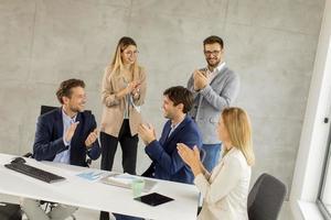 grupo de empresários batendo palmas foto
