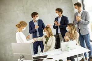 profissionais mascarados em uma reunião foto