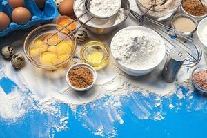 Assar ingredientes na vista superior do plano de fundo de cor azul foto