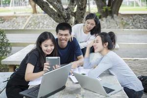 grupo asiático de estudantes rindo foto