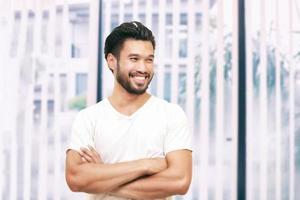 homem bonito asiático com bigode sorrindo e rindo foto