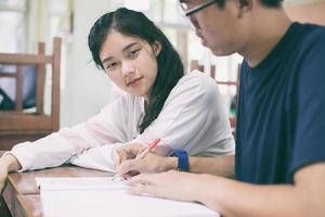 dois estudantes asiáticos estudando foto